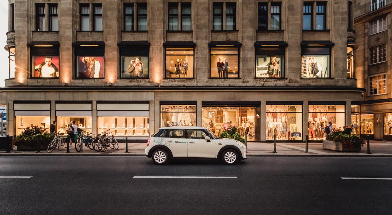 drivenow_dusseldorf_mini_3p_driving_shopping_red