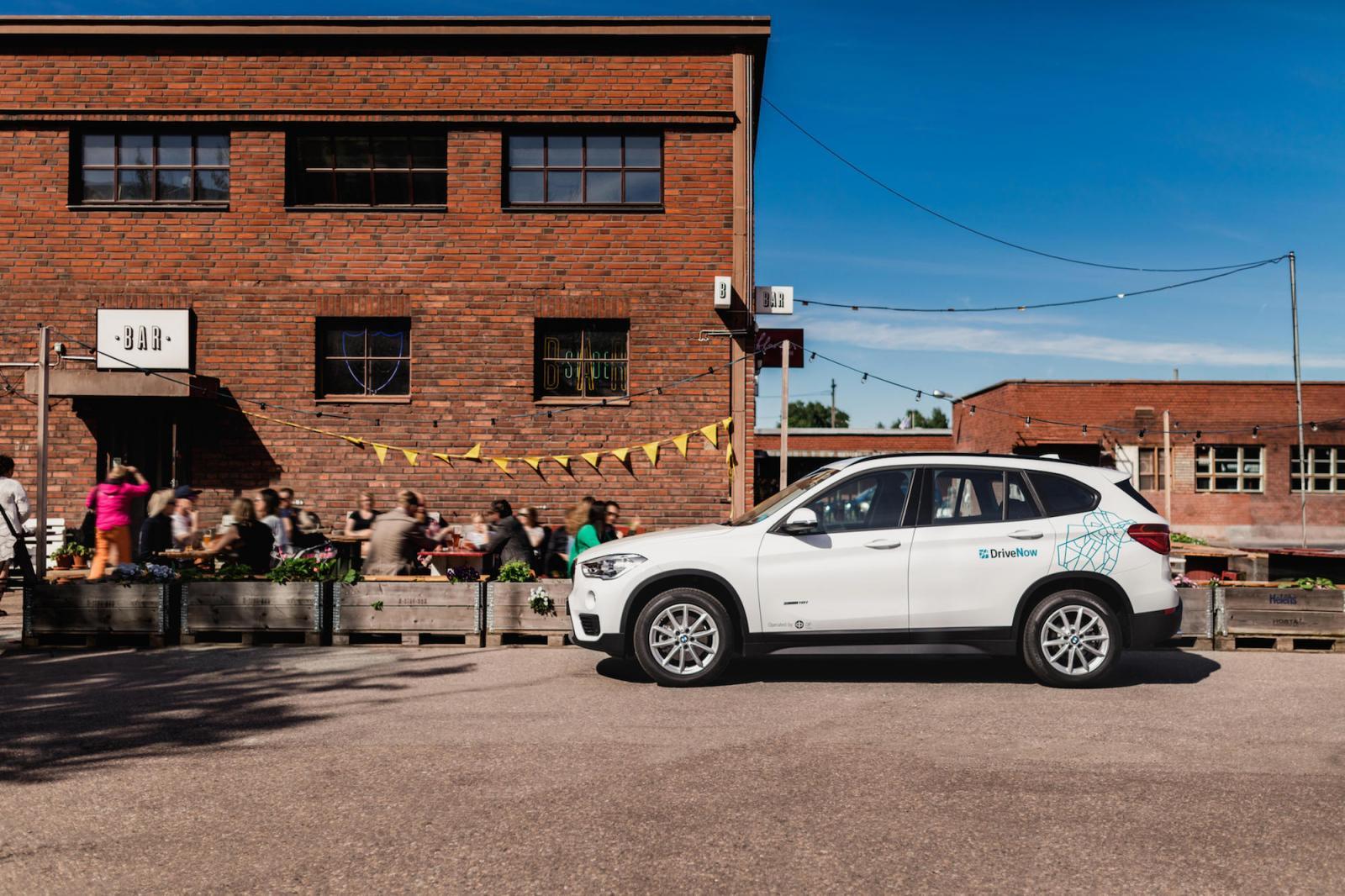drivenow_helsinki_bmw_x1_parking_restaurant_tuntipaketitblogi