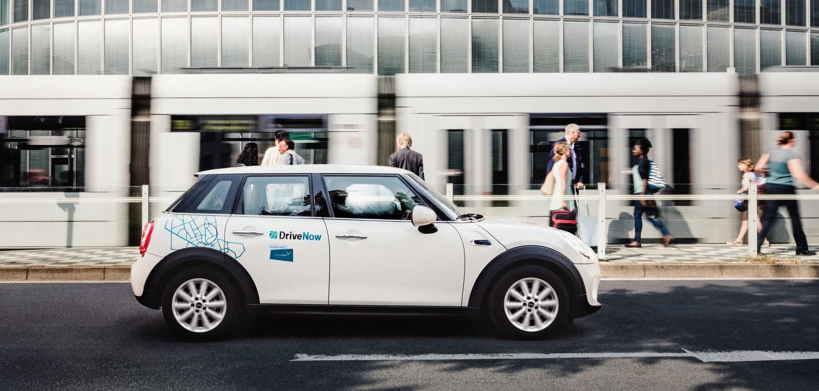 DriveNow_Dusseldorf_MINI_3p_Driving_Public_Transport3
